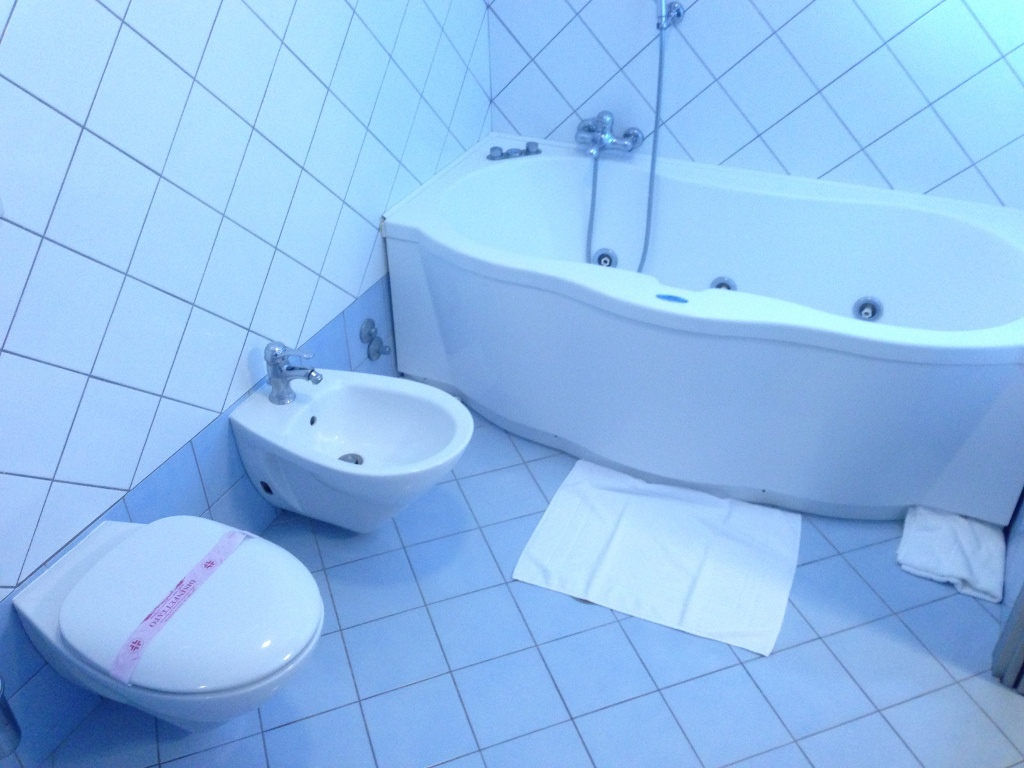hotel-la-locanda-del-cavaliere-bagno-camera-01-small