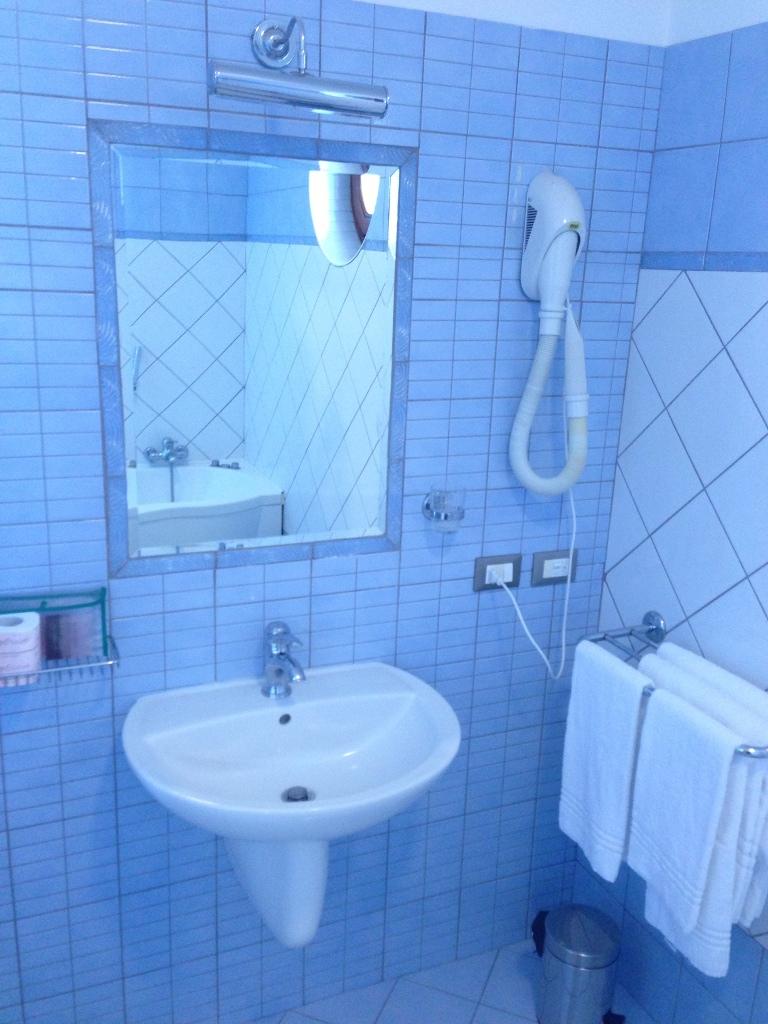 hotel-la-locanda-del-cavaliere-bagno-camera-02-small